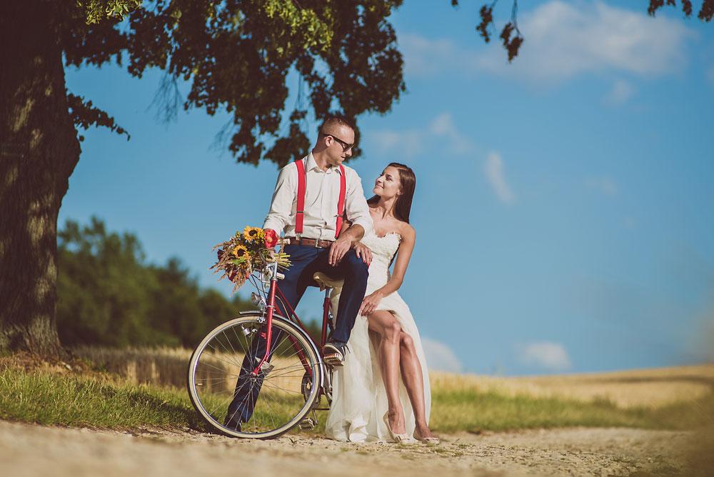 na rowerze sesja ślubna