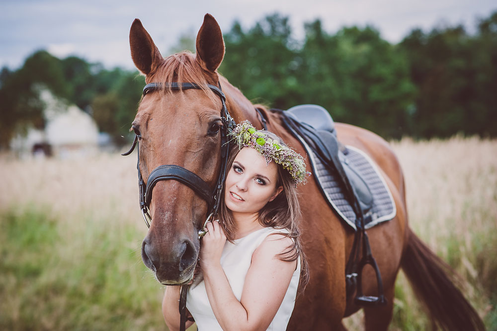 portret pani młodej z koniem