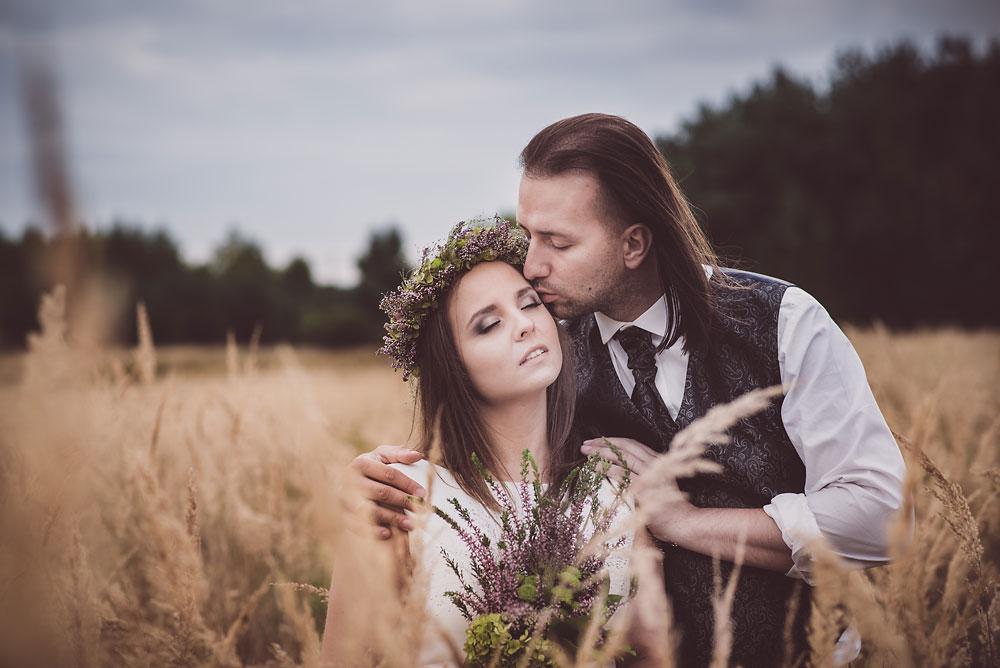 romantyczny plener ślubny z wiankiem